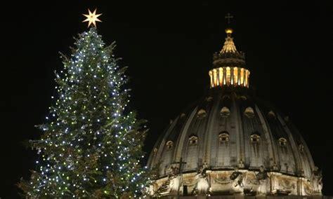 albero di natale illuminato illuminato l albero di natale in san pietro le foto