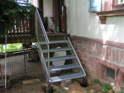 Treppengeländer Aussentreppe by Au 223 Entreppe Und Gel 228 Nder Treppe Zum Balkon Aus Edelstahl