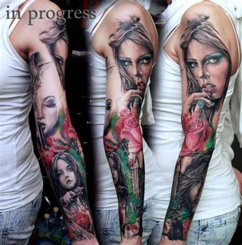 tatuaż realistyczny kwiat pistolet rękaw kobieta przez