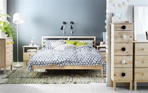Schlafzimmer Set Mit Kommode by Ein Schlafzimmer Mit Tarva Bettgestell Aus Kiefer Mit