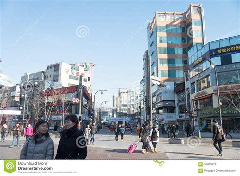 imagenes calles urbanas calle cruzada de la gente en la zona urbana en corea del