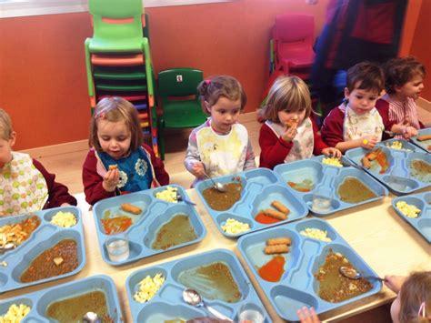 imagenes niños almorzando los ni 241 os de 2 a 241 os comiendo en el comedor