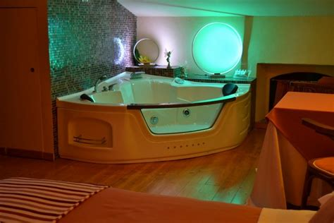 agriturismo con vasca idromassaggio in toscana offerta romantica bollicine per 2 con idromassaggio e
