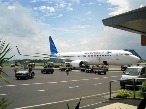 garuda indonesia file garuda indonesia new livery jpg wikimedia commons