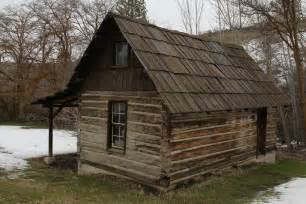 log cabin hand hewn log cabin oudoorgoodliving