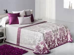 couvrelit mauve et blanc table de lit a roulettes