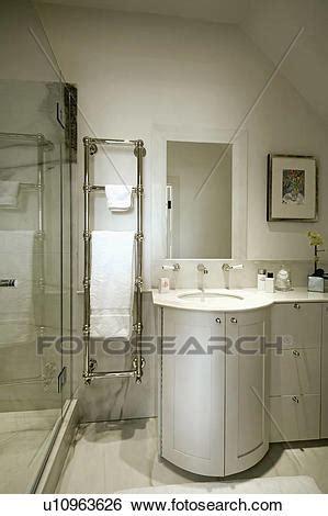 stahl badezimmer eitelkeit stock bilder rostfreier stahl geheizt handtuch