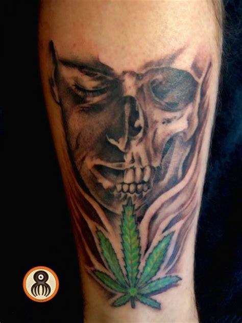 imagenes de calaveras fumando mota tatuaje de una calavera y una flor de marihuana