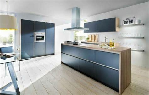 Impressionnant Peinture Pour Plan De Travail Cuisine #2: facade-cuisine-grise-plan-de-travail-en-bois-parquet-en-bois-ambiance-moderne-et-paisible-e1477297477634.jpg