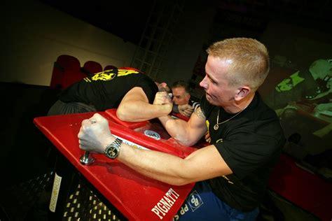 tavolo da braccio di ferro lo sport braccio di ferro altro che popeye fitness