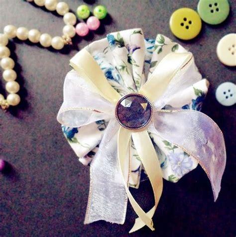 Dress Brokat Bunga Pita 1163437702 aksesoris jilbab bros bunga putih bermotif dilengkapi dengan tali pita krem dan renda putih
