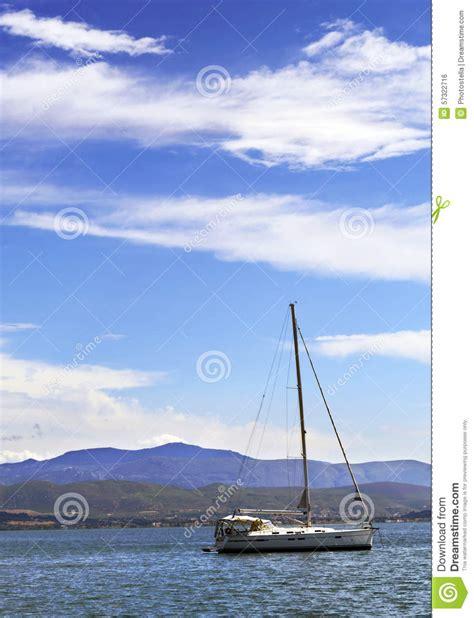 imagenes de barcos de vela barco de vela en el mar foto de archivo imagen 57322716