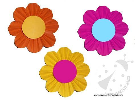 costruire fiori di carta come fare fiori di carta a fisarmonica lavoretti creativi
