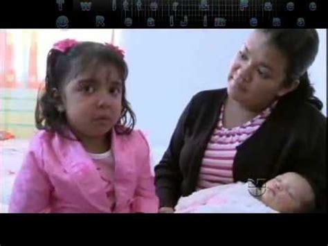 grecia llora por su hermanina en pequeños gigantes. youtube