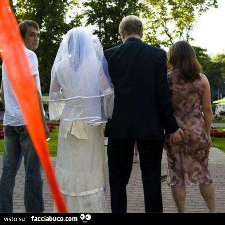 bell cullo lo sposo tocca il sedere alla testimone facciabuco