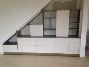 etagere et armoire sous escalier
