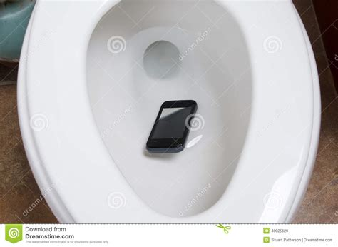 mobiel in toilet gevallen a cell phone in the toilet stock photo image 40925629