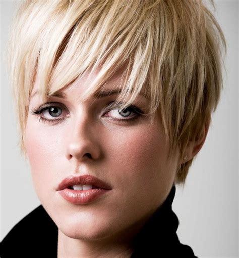 mujer pelo corto corte pixie un peinado siempre de moda