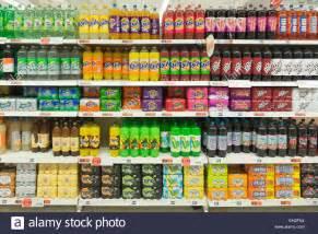 supermarkt regale variety of soft drinks on supermarket shelves stock photo