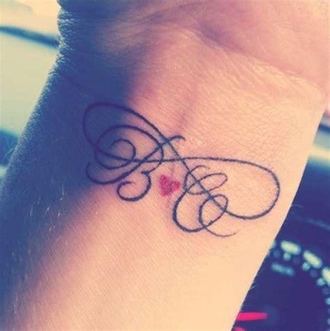 tatuaggi lettere iniziali tatuaggio con iniziali di nomi intrecciate tatuaggio con