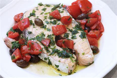 come si cucina il salmone in padella salmone in padella con pomodorini e olive ricetta