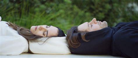 Dormir Avec Plusieurs Oreillers by Des Sweats Et Blousons Avec Une Capuche Oreiller Gonflable