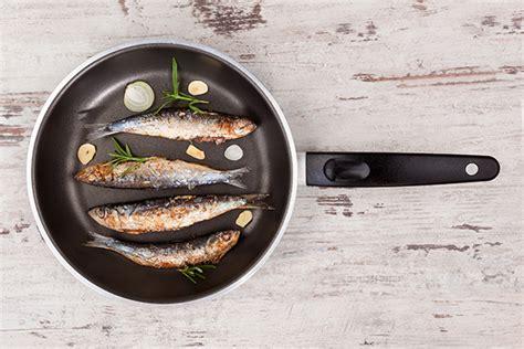 cucinare pesce in padella cucinare pesce arrosto guida il giornale cibo
