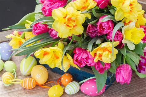 fotografie di fiori primavera bouquet di fiori di primavera con uova di pasqua foto