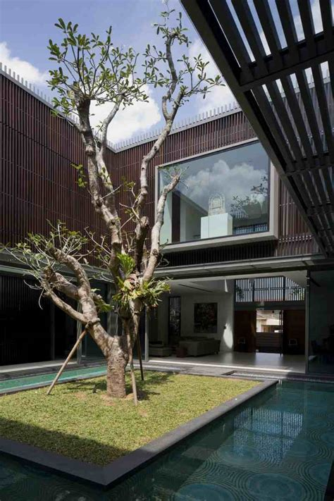 modern house  water surrounded courtyard   center