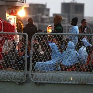 questura di catania permesso di soggiorno sbarcati a pozzallo 460 migranti altri 500 in arrivo ad