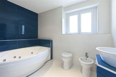 Badezimmer Weiß Grau by Badezimmer Badezimmer Blau Wei 223 Gefliest Badezimmer Blau