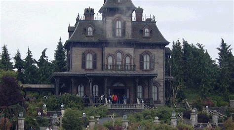 manor haunted house disneyland paris employee found dead inside haunted house rt news