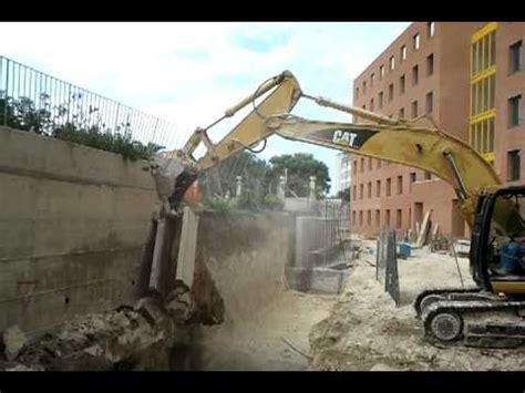 Come Demolire Un Muro In Cemento Armato by Demolizione Muro Mp4 Doovi
