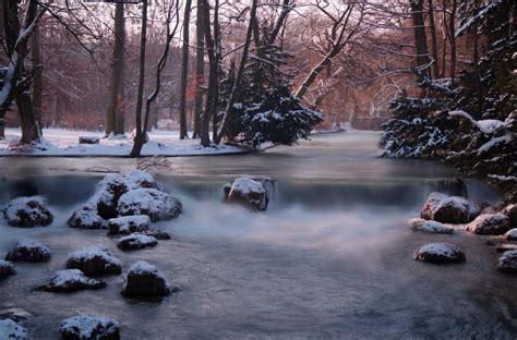 garten im winter englischer garten eisbach im winter foto bild
