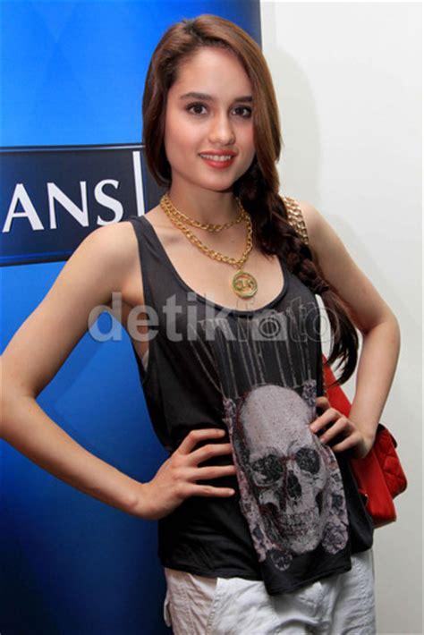 Tank Top Tangtop Hitam Putih Agnes Merk Onyx menarik pria foto simple dan dengan tank top ala seleb indonesia
