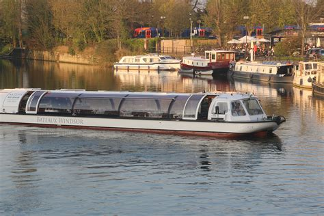 thames river cruise for 2 bateaux windsor river thames sunday lunch cruise for two