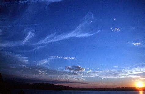 wallpaper awan cumulonimbus mengapa langit siang hari berwarna biru dan sore hari