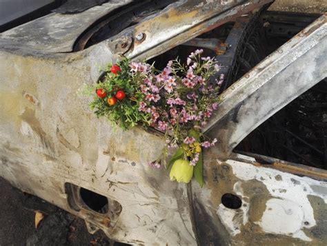 fiori bari attacco d arte a bari fiori sull auto bruciata 1 di 1