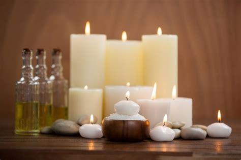 candele olio massaggio candele con bottiglie di olio per massaggi e sale marino