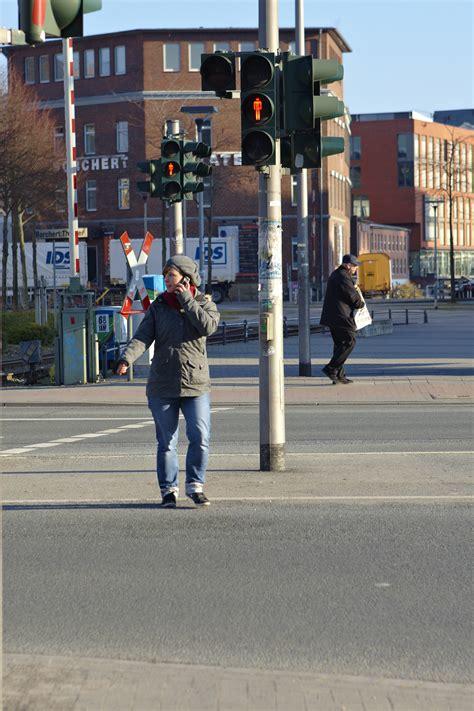 Steuern Und Versicherung Auto Fahranfänger by Smartphone Nutzung Auch F 252 R Fu 223 G 228 Nger Gef 228 Hrlich Magazin
