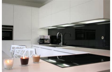 15 mod 232 les de cuisine design italien sign 233 s cucinelube mod 232 le qu 233 bec en laque blanche brillante cuisines design