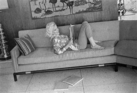 marilyn monroe couch reading on sofa 2 marilyn monroe reading pinterest