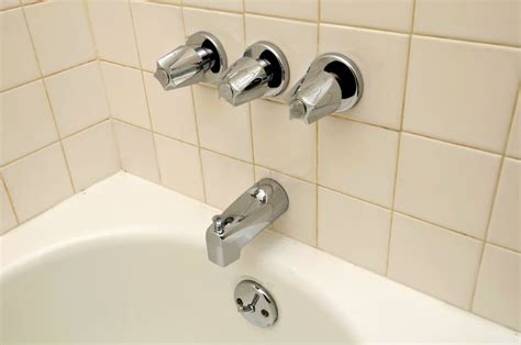 how do you recaulk a bathtub caulk your tub in a few easy steps interior design blogs