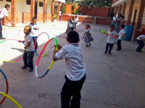 imagenes de niños jugando hula hula ejercicios y juegos recreativos con hula hula y cuerdas