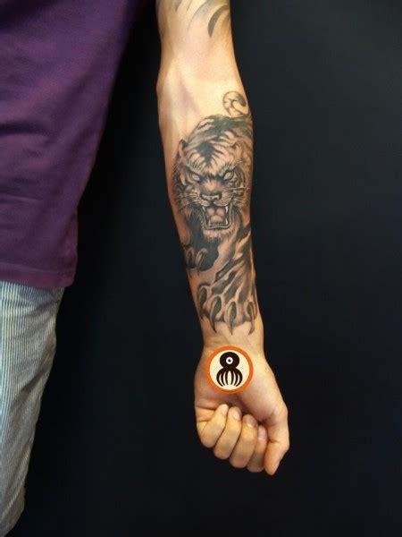 Tatuaje De Un Tigre Dando Un Zarpazo Tattoo En El Antebrazo Tatto Antebrazo