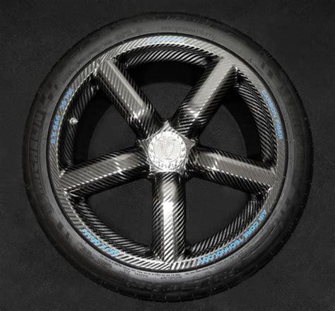 la rueda koenigsegg de fibra de carbono es ligera que
