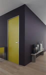 un mur et des portes peintes dans des couleurs
