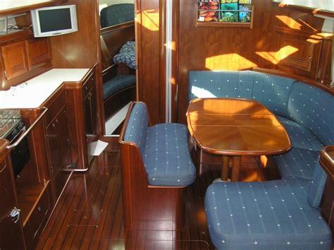 interno barca a vela in barca a vela sulla strega rossa