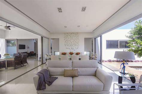 House Inspiration | fachada de casa con silueta blanca visualmente contrastada