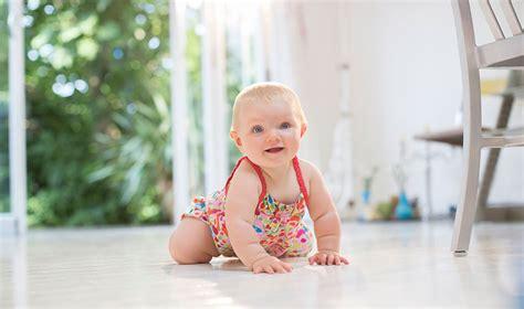 wann kann mein baby krabbeln wann lernt ein baby krabbeln babybj 214 rn this is